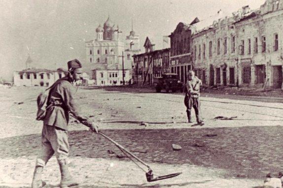 Разминирование улиц освобожденного Пскова.