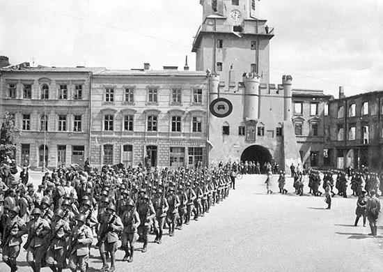 Советские воины в освобожденном Люблине. 24 июля 1944 г.