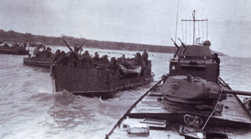 Тендера и бронекатера Азовской флотилии с десантом на борту.