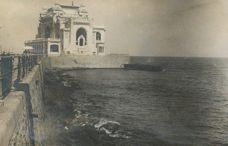Одна из достопримечательностей города - казино Констанцы после занятия советскими моряками порта.
