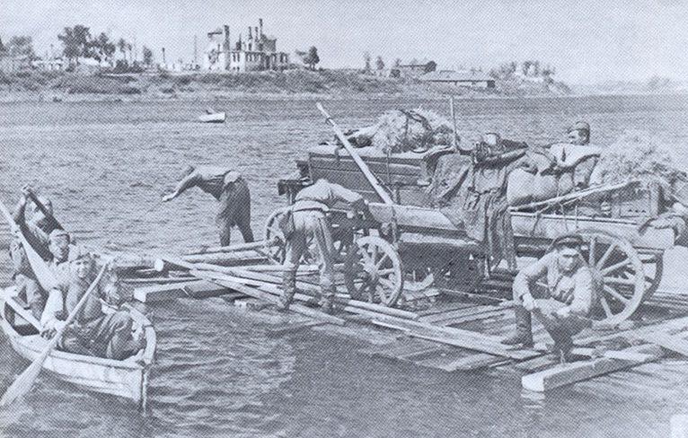 Переправа частей 128-й дивизии через реку Великая.