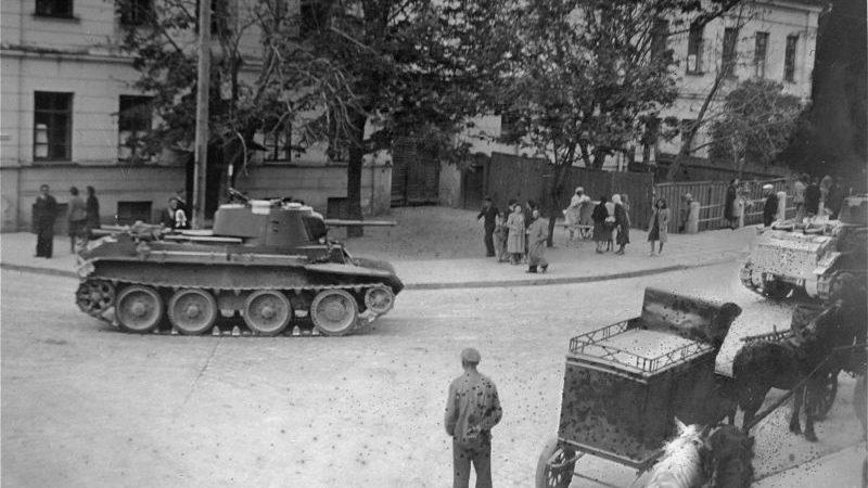 Советские танки БТ-7 на улице Каунаса. Июнь 1940 г.