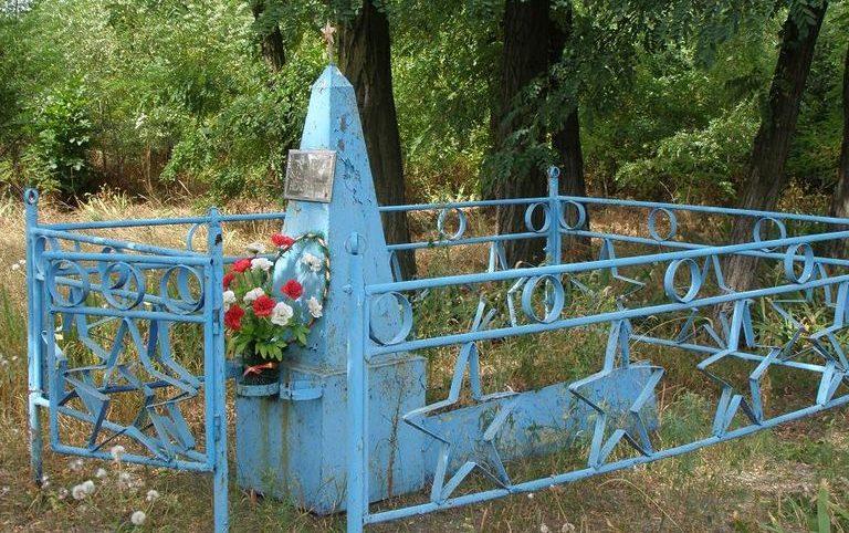 Синельниковский р-н. Возле платформы 225 км. Могила неизвестного воина.
