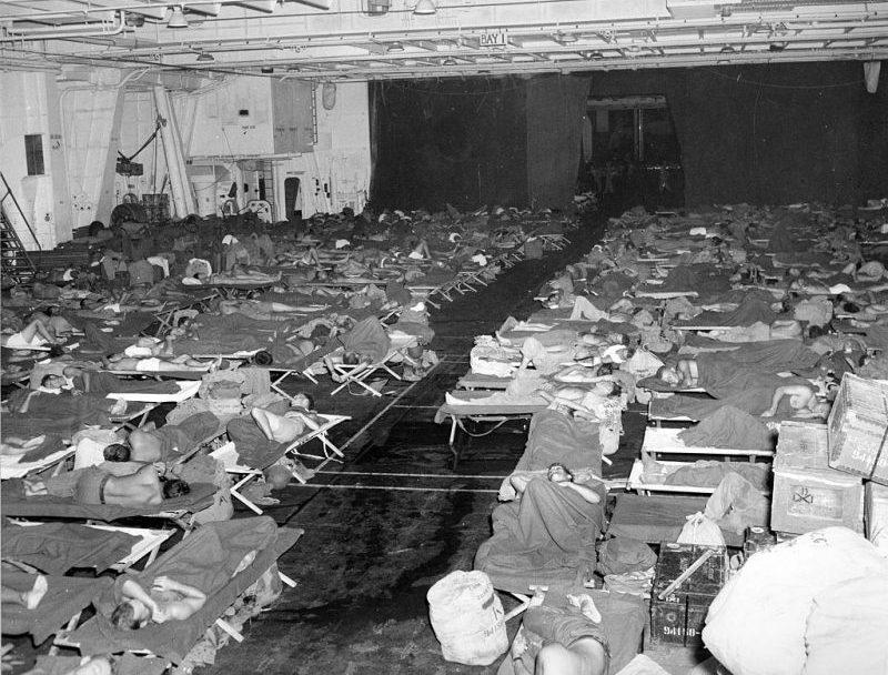 Военнослужащие во время возвращения в США на борту авианосца «Intrepid».