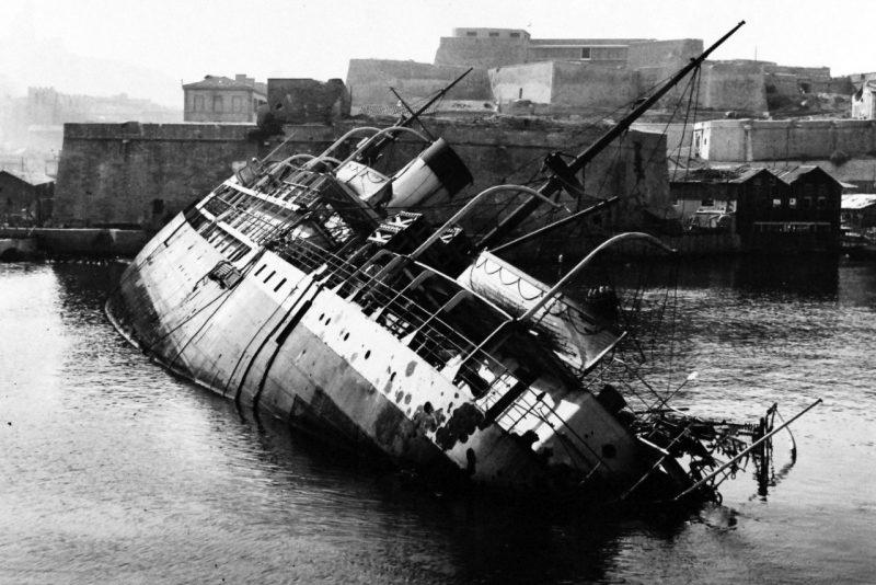 Затопленное судно в гавани Марселя.