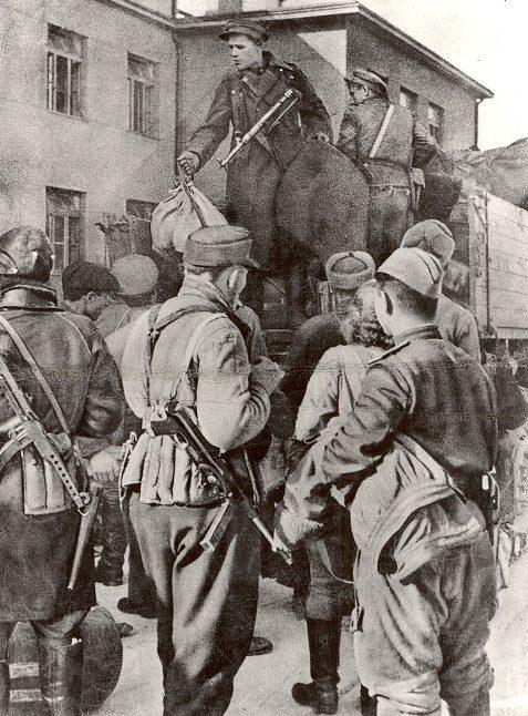 Распределение оружия в первый день восстания.