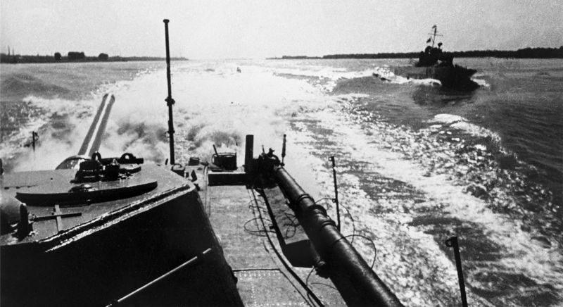 Бронекатера советской Дунайской военной флотилии на реке Дунай в Венгрии.