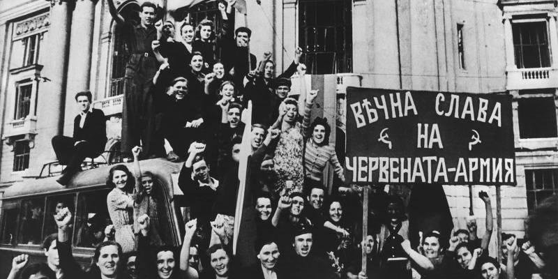 Жители Софии встречают Красную Армию.