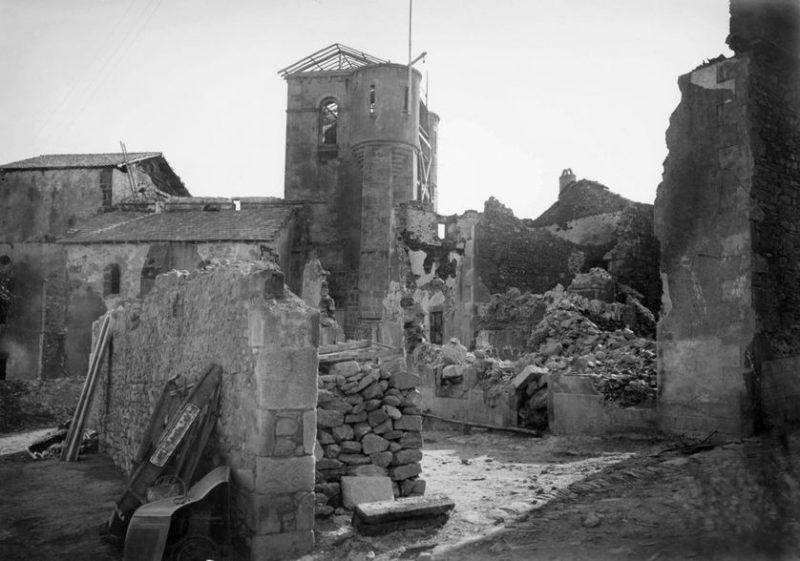 Развалины деревни Орадур-сюр-Глан после трагедии.