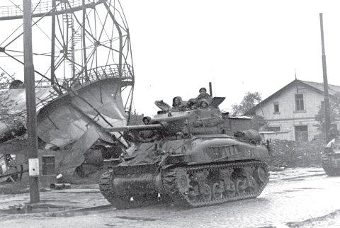 Танки 1-й танковой дивизии в наступлении на Вильгельмсхафен.
