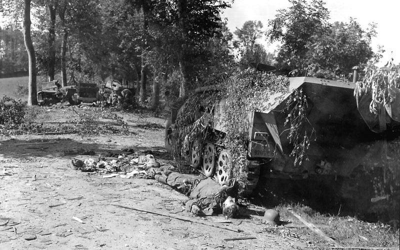 Немецкая бронеколонна, уничтоженная во время операции «Люттих».