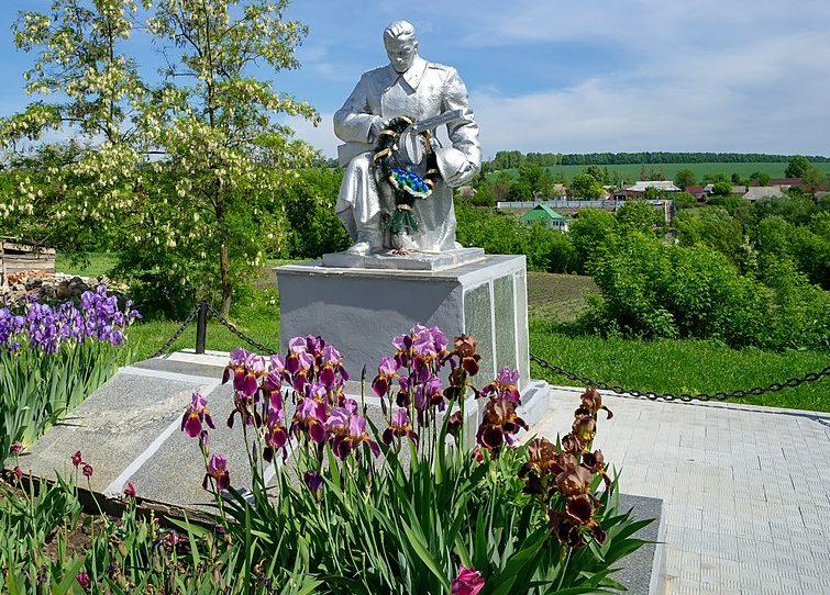 с. Бужанка Лысянского р-на. Памятник, установленный на братской могиле советских воинов.