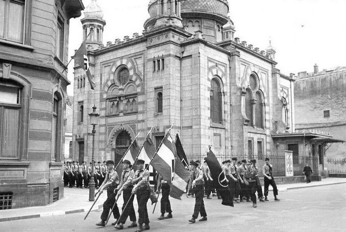 Нацистский парад у синагоги в Люксембурге в 1941 году.