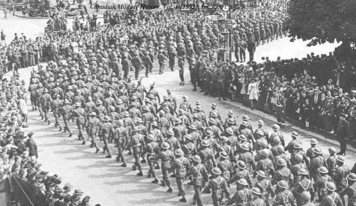 Войска 2-й канадской пехотной дивизии проходят через Дьепп.