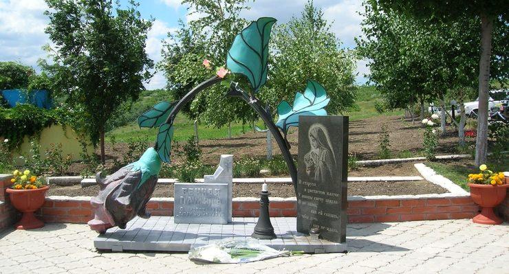 «Сломанная роза» - памятник погибшему женскому штрафбату на Пришибском мемориале в Запорожской области.