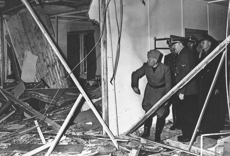 Гитлер показывает Муссолини последствия взрыва.