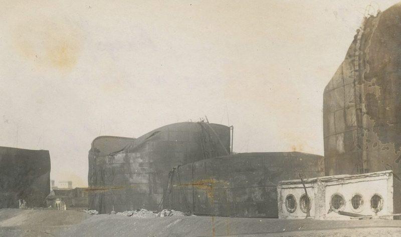 Нефтяные танки, уничтоженные немецкой подводной лодкой в ночь на 31 августа 1944 года уже после занятия советскими моряками порта Констанцы.