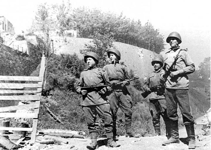 Красноармейцы в освобожденной Нарве.
