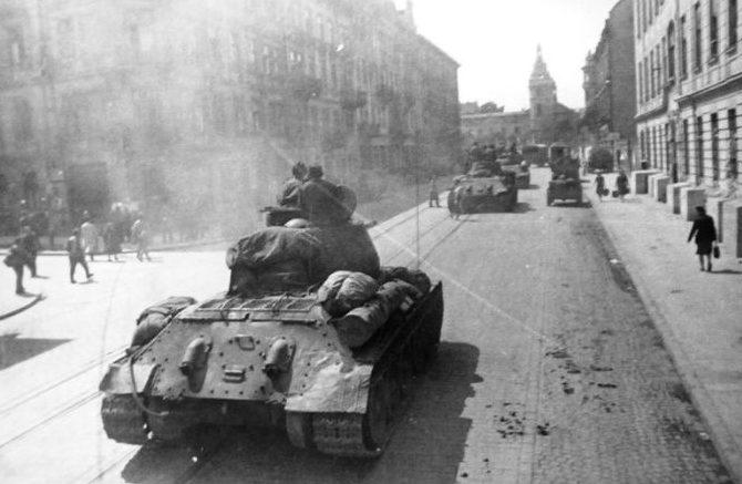 Советские войска ведут бой на улицах Львова.