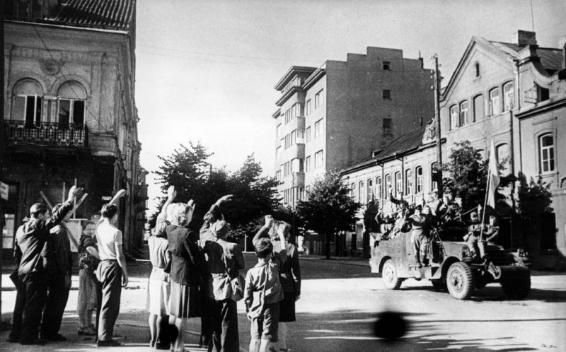 Жители города приветствуют советских воинов-освободителей.