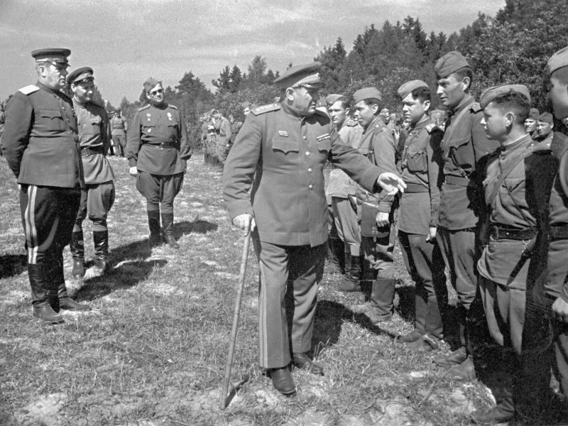 Командующий 2-го Прибалтийского фронта, генерал армии Андрей Еременко обходит строй воинов, награжденных боевыми орденами. Август 1944 год.