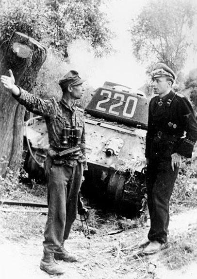 Офицеры дивизии СС «Мертвая голова» на фоне подбитого танка Т-34.