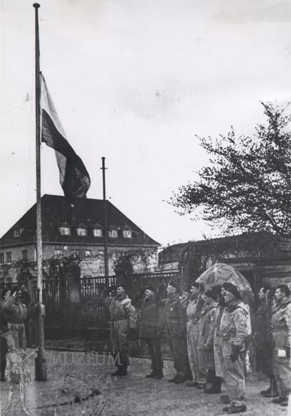 Подъём польского флага в Вильгельмсхафене. 5 мая 1945 года.