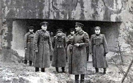 Генерал-полковник А.А. Гречко с офицерами штаба армии на Венгерской оборонительной линии Арпада.