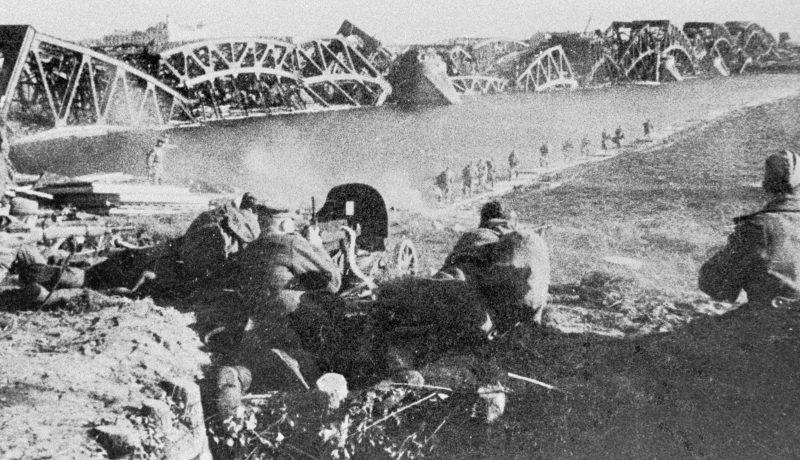 Красноармейцы у взорванного моста через Даугаву.