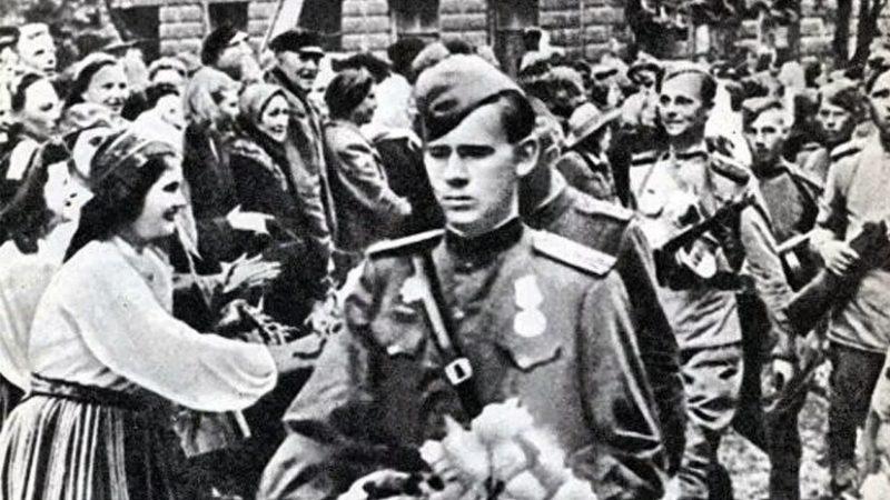 Жители Таллина встречают Красную Армию.