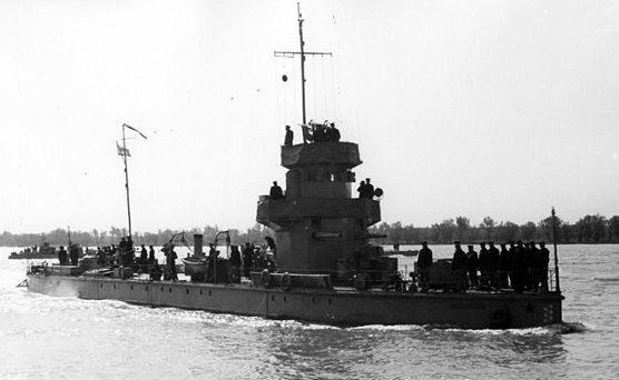 Монитор «Железняков» Дунайской флотилии, парад на Дунае в мае 1945 г.