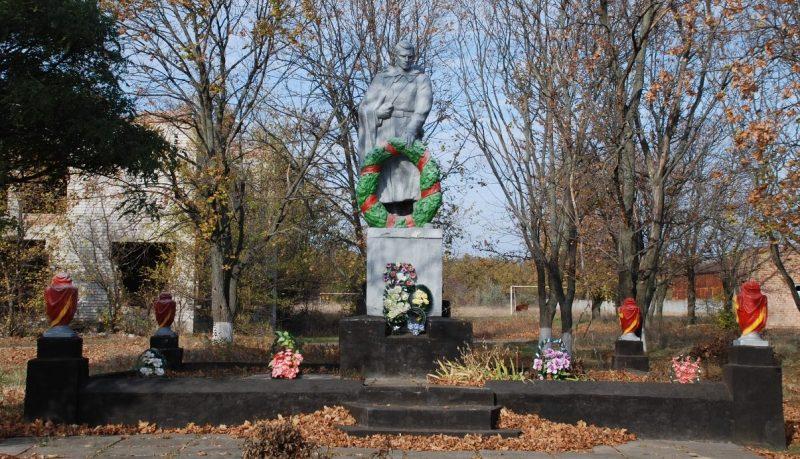 с. Андреевка Синельниковского р-на. Памятник, установленный на братской могиле, в которой похоронено 73 советских воина, погибших в районе сел Андреевка, Марьевка, Зеленое, Попово.