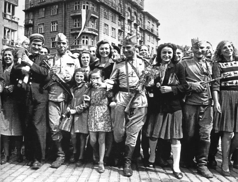 Советские солдаты среди жителей освобожденной Софии.