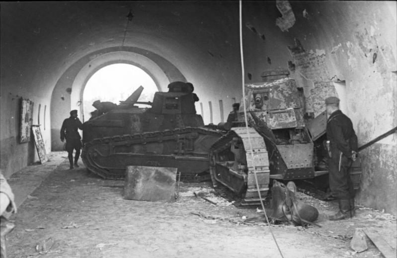 Пара польских FT-17, заблокировавших северные ворота Брестской крепости. 16 сентября 1941 г.