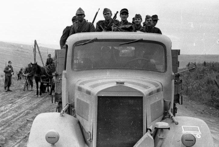 Румынские и немецкие солдаты отступают в Венгрию.