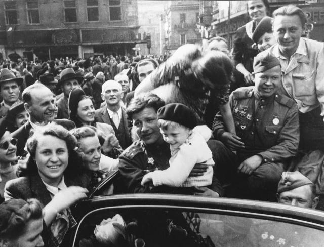 Львовяне встречают советские войска.