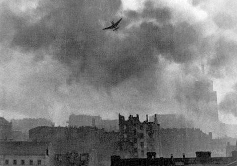 Юнкерс Ju-87 бомбит Старый город (Варшава).
