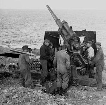 Немецкая 88-мм пушка на берегу на юге Франции.