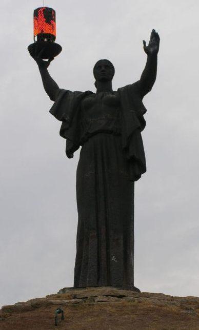 Скульптура «Родины-Матери» на мемориале.