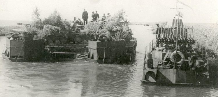 Переправа танков через Чудское озеро.
