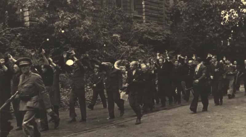 Участники Сопротивления конвоируют коллаборантов.