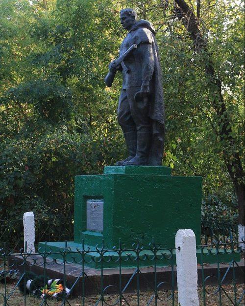 с. Баландино Каменского р-на. Памятник у школы, установленный на братской могиле советских воинов.