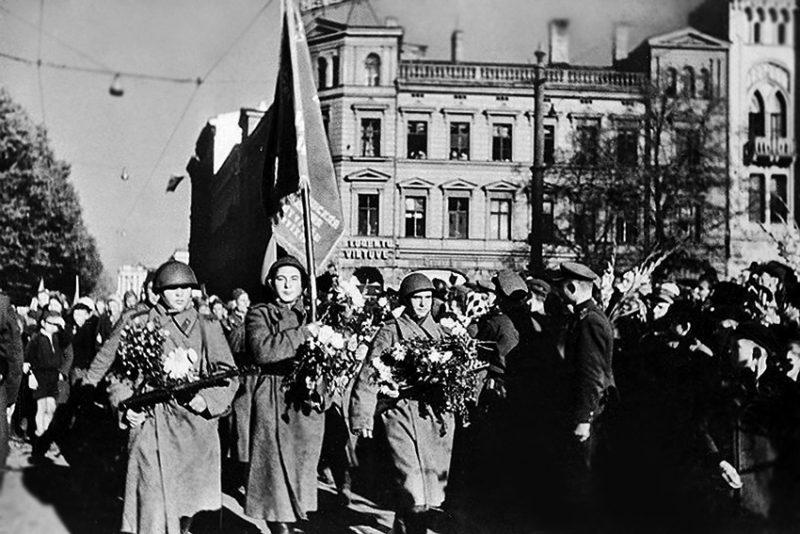 Советские войска входят в Ригу.