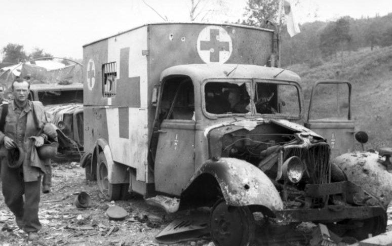 Разбомбленная немецкая автоколонна.