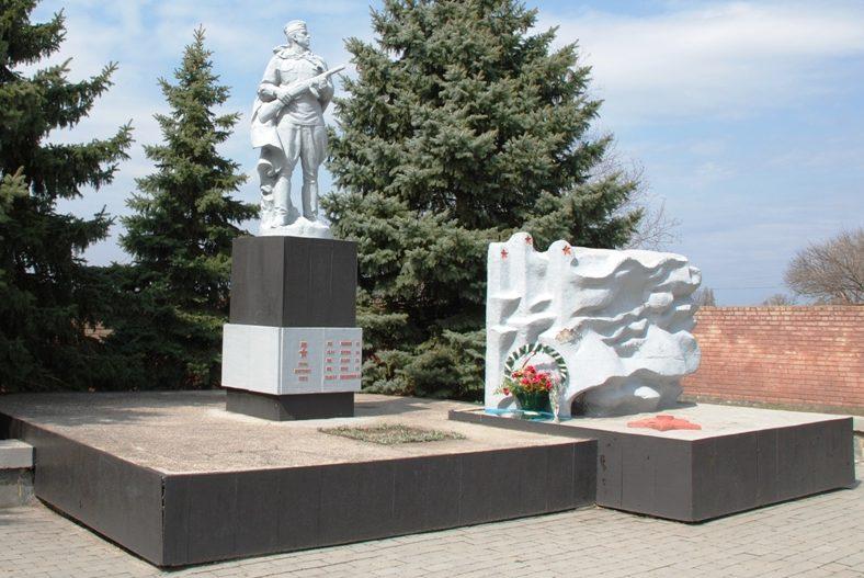 с. Васильевка-на-Днепре Синельниковского р-на. Памятник, установленный на братской могиле, в которой похоронено 108 советских воинов, в т.ч. 37 неизвестных. Здесь же похоронено пять Героев Советского Союза и установлен памятный знак воинам-односельчанам.