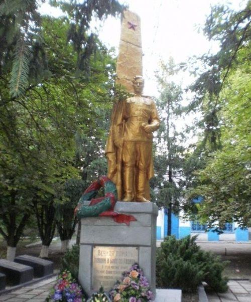 с. Водяное Софиевского р-на. Памятник, установленный на братской могиле советских воинов, погибших при освобождении села и памятный знак погибшим односельчанам.