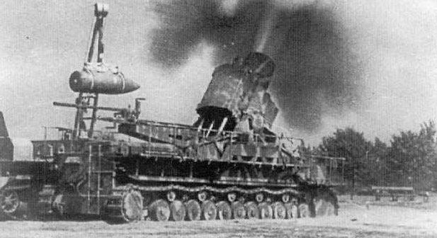 Самоходная мортира «Карл» ведёт огонь по восставшей Варшаве.