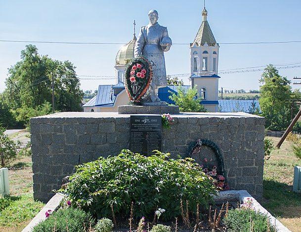 с. Буки Маньковского р-на. Памятник, установленный на братской могиле советских воинов.