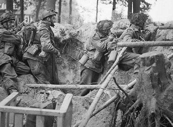 Десантники Союзников в обороне.