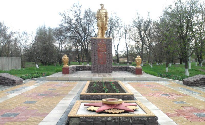 п. Девладово Софиевского р-на. Памятник, установленный на братской могиле советских воинов, погибших в боях за поселок.